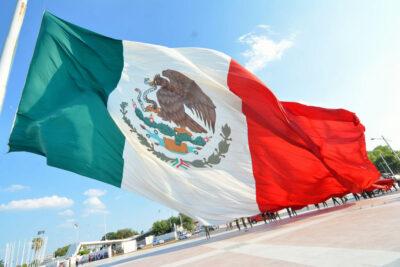 bandera monumental en Mexico